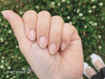 甘皮といった、皮膚と爪の境目にある薄い膜を取り除くことで、爪が形よくスッキリとした見た目になります。 お風呂上がりなど、肌が柔らかくなっているタイミングで綿棒で優しく押し上げるようにしてお手入れしましょう。