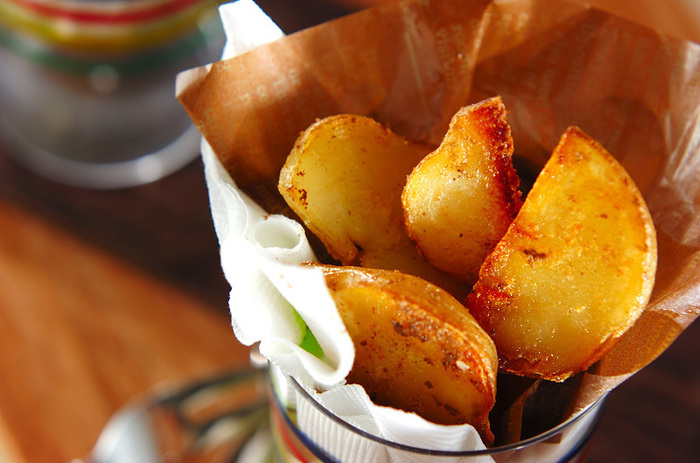 ジャガイモを電子レンジで加熱してから、アンチョビとあわせて炒めるだけの簡単レシピ。塩気とアンチョビの風味がアルコールに合います。熱々のうちに召し上がれ♪