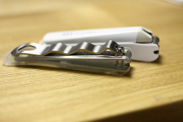 爪切りを使うと、爪に負担がかかり二枚爪や割れやすくなる原因になります。 爪が伸びていて短くするのに時間のかかる場合は、爪切りを使った後にヤスリで仕上げをし、普段から伸びすぎる前にヤスリをかけるようにすると良いです。