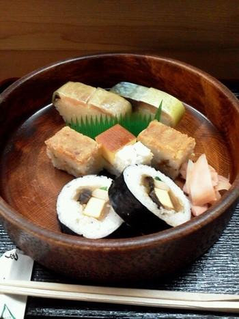 【「伊豫又」の鯖寿司と鱧の箱寿司、太巻き寿司の『京都のお寿司の盛り合わせ』。「伊豫又」では、店内で飮食出来る他、店頭でにぎり鮨や鯖寿司、箱寿司や稲荷寿司など、様々な折り詰めやを販売しています。】