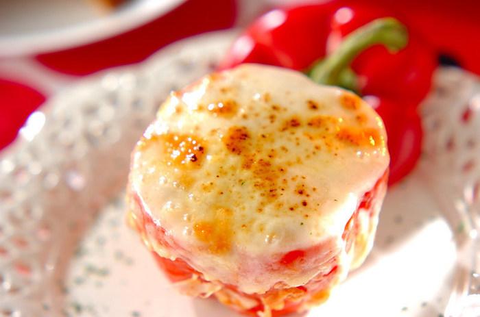 パプリカを器にして、中にはカレー味のライスとチーズを詰めています。オーブンで焼いた時の、チーズの焼き目が、更に食欲をそそります。見た目も華やかなので、家飲みの中盤で出すと盛り上がりそうです。