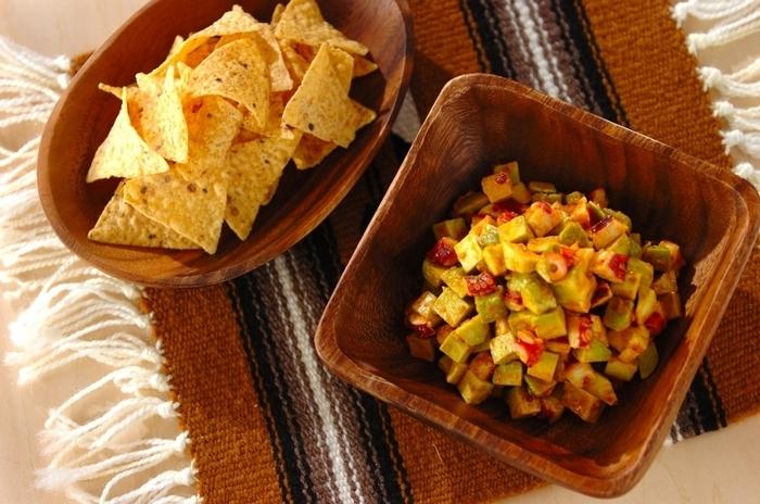 切ったタコとアボカドに、スパイスの効いたタコスシーズニングで和えるだけの簡単レシピです。トルティーヤで、ほしい分だけすくって食べるのが嬉しいですね。