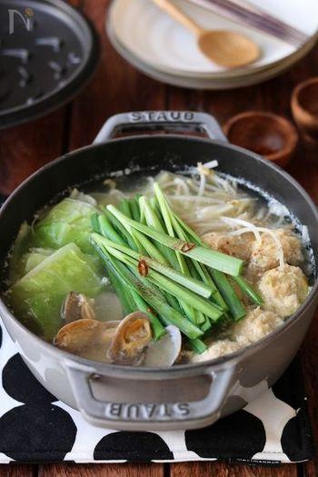 ふんわり鶏団子を塩味で頂くちゃんこ鍋。にらやにんにくといった香味野菜がスープの香りを引き立てます。 あさりから出るだしは旨みたっぷりです。あさりは肌や髪に嬉しい亜鉛が豊富に含まれているので、積極的に摂りたい食材のひとつです。
