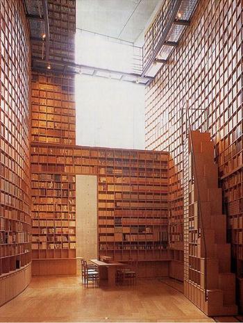 ⾼さは11メートルに及ぶ6万冊を収蔵した壁面書架、繊細な形状や色調で作られたステンドグラスにより、司⾺遼太郎⽒の世界観を表現しています。 ここは「見る」というよりも、「感じる」「考える」空間です。