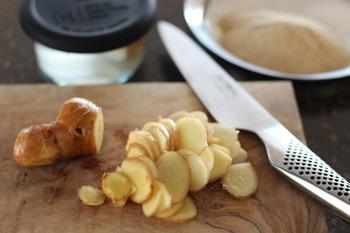 """冬の寒い季節は、いつものスープに「生姜」を少し混ぜて、体の芯からじんわりと温まりたいですね。今回は、忙しい朝でも5分~10分の時短で作れる、体ぽかぽか""""生姜入りスープをご紹介します。"""