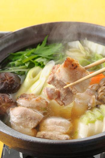 今や定番の調味料となった「塩麹」を使ったお鍋です。 塩麹に漬け込んだお肉は、柔らかくなるだけでなく旨みもグーンとアップします。ブロック肉はフライパンで焼き目を付けて、香ばしさもプラス。 丸みのある優しい塩味のスープが、冷えた身体にじんわりとしみわたります。