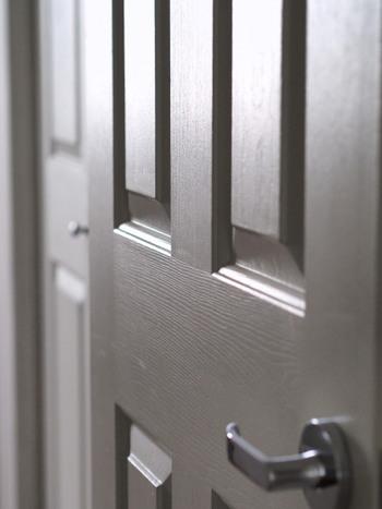 玄関ドアの内側は、溝やくぼみの埃を羽根はたきで優しく払って。ドアノブまわりはしっかり拭き掃除を。