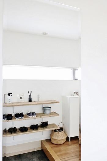 こちらは靴箱を外してオープン棚をDIY。オープン棚の場合は詰めて並べず、間隔を一定にあけて並べるとすっきりします。