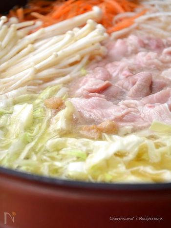 厚削りのかつお節と豚の背脂の風味豊かな出汁は、旨み成分がたっぷり。男性にも喜ばれそうながっつり系鍋は、ホームパーティーにもおすすめです。 かつお節を入れたあとは強火で煮立てないのが、えぐみのない味に仕上がるポイントです。 千切りにした野菜のシャキシャキ食感も楽しそうですね。しめのリゾットまで美味しく頂けます。