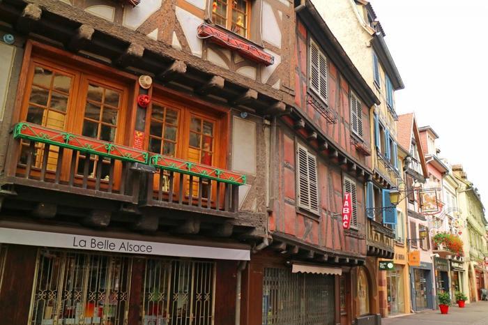 ディズニー映画「美女と野獣」の舞台もこのコルマールの街だろうと言われています。 冒頭シーンで主人公のベルが本を読みながら歩く街並みに似ていませんか?