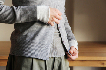 ヤクの毛とオーガニックコットンで作られた薄くて暖かい腹巻です。裾部分がフリル状になっているから、服の外に出ても違和感がなくオシャレに見えます。