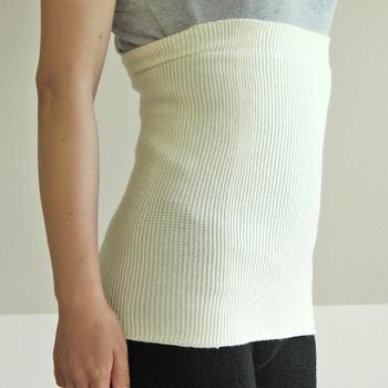 ザ・腹巻と言った雰囲気の安心感のあるデザイン。薄手で柔らかな肌触りは内側をシルク、外側をウールで作られているから。