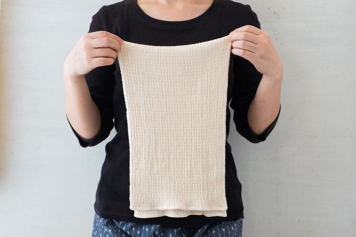 ちょっと長めの丈が特徴の腹巻は、二重にしても着れるメリットが。綿とシルクが使われているから、肌触り良く快適な着心地です。