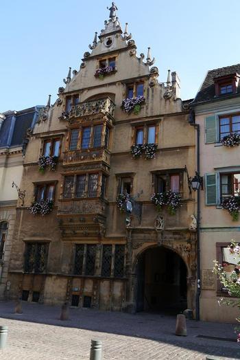 1600年代初頭に建てられた「ラ・メゾン・デ・テット(頭の家)」には、数多くの顔の彫刻が外壁に施されています。 現在は、4つ星ホテルとして運営されている歴史的建造物です。