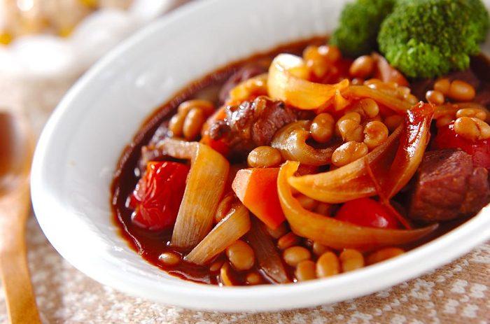 豚のかたまり肉を使い、赤ワインをふんだんに使用して煮込む風味抜群のシチュー。豆をたっぷりと入れることで、ヨーロッパの家庭の煮込み料理のような、温かでおしゃれなひと皿に♪ディナーのテーブルがほっこりと華やぎそう。