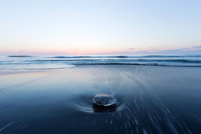 ひとつだけ、静かに波に洗われるジュエリーアイス。まるで水平線の向こうを見つめているようです。
