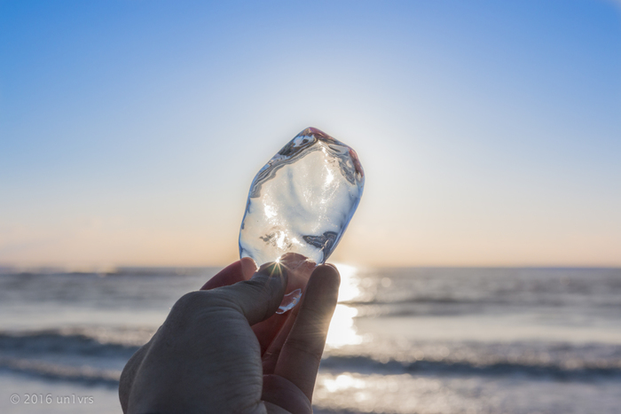 氷を手に持ってみるのもOK。日ざしにかざせば、天然のサンキャッチャーのようにキラキラと光ります。