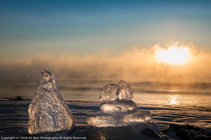 「ジュエリーアイス」という言葉を聞いたことはありますか?これは北海道の十勝地方、豊頃町とよころちょうの大津海岸で冬だけに見られる自然現象です。文字通り「宝石」のように透明な氷が海岸にいくつも出現します。この氷の正体は、十勝川の水。川が凍結し、海に流れ出した氷が、波に乗って海岸に打ち上げられるのです。