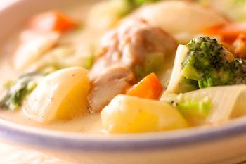 ホワイトソースを自家製にすれば、ルー要らず。お肉や野菜を炒め合わせてから煮込み、最後にホワイトソースを入れて味を調えるだけ。手作りの味は、また格別です。