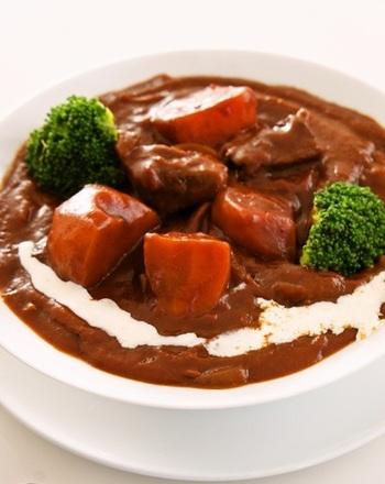 市販のルーとデミグラスソースを使って、簡単なのに本格的な味わいのビーフシチューに。トマトの水煮や赤ワインなども加えて、風味をアップしているようです。