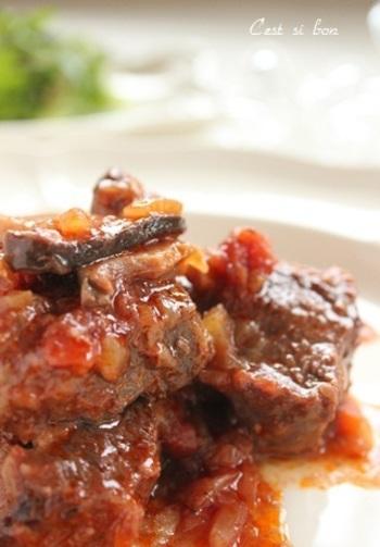 大きめに切った牛肉を、たっぷりの野菜ときのことともに煮込んだビーフシチュー。味つけは、塩麹だけですが、とてもまろやかで深い味わいがお口の中に広がります。素材の味がじっくりと楽しめるシチューです。