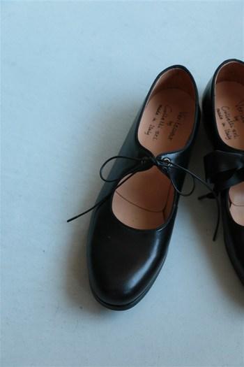 ひものある靴はひもを取り、馬毛のブラシでブラッシングをします。しわや縫い目の部分も丁寧にブラッシングしておきましょう。次にウェスにクリーナーをつけて塗り、汚れや古いクリームをふき取ります。