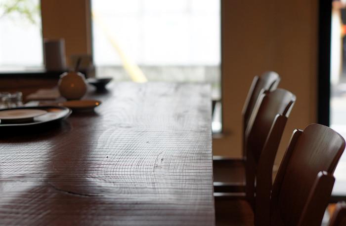 漆喰の壁と木製で統一された家具。水之江忠臣デザインの椅子や小物にもこだわりが感じられ、店内に無駄な飾りは一切ありません。それらがかえって落ちついた雰囲気を醸し出していて、安らぎを与えてくれます。