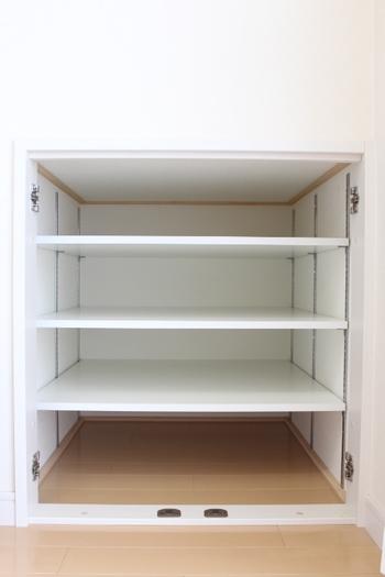 もし上部などにスペースが余っていれば、棚を作ってしまうのもいいですね。ミリ単位で棚の高さが変えられる棚受けレールをつけて、棚を乗せるだけ。できるだけ軽いものを収納しましょう。