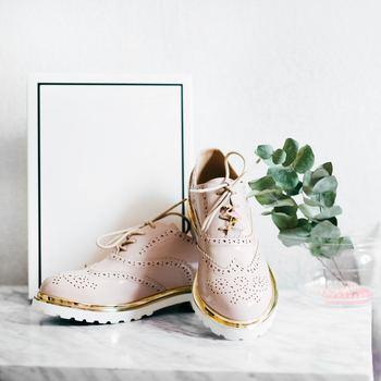 靴を脱いだ時に靴下やストッキングに色移りしてしまったという経験をお持ちの方もいらっしゃるのではないでしょうか。そんな時は、内側に色落ち防止用のスプレーを吹きかけておきましょう。汗や水分で色が付くことを防いでくれますよ。できるだけ通気性の良い革靴を選ぶことも色落ち防止に役立ちます。