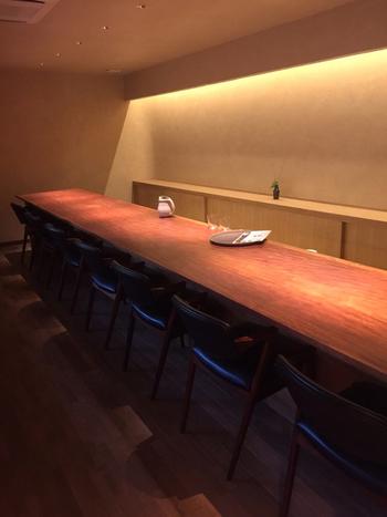 カウンター席は寿司屋やバーのような落ち着いた雰囲気。季節の花々もそっと活けられていて、空間のセンスが光ります。椅子はヴィンテージものが揃えられており、座り心地が良いのでついつい長居してしまいそうです。