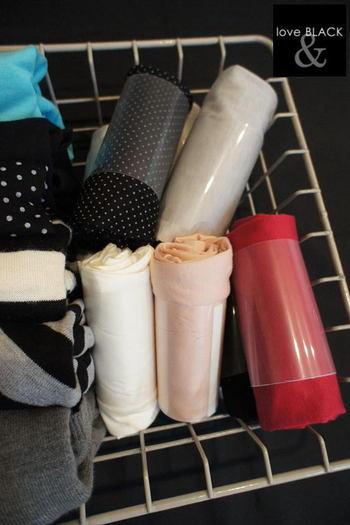 100円ショップのクリアファイルをカットして筒状にテープで貼り付けて、そこに肌着など薄手の衣類を畳んで入れれば、立てて収納することができます。