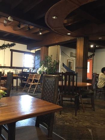蔵の2階はギャラリースペースになっており、ハンモックがあったり、その時々のアートが楽しめます。蔵を改装したほっこり空間に、美味しいご飯、そしてアートと、色々楽しめる異空間ですよ。