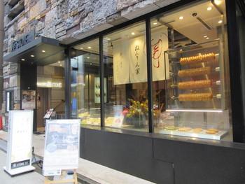 東京土産としても大人気の「ねんりん家」。本店は和の雰囲気もある外観がおしゃれですね。羽田空港の出発ゲートラウンジには、温かいバームクーヘンがいただける「Cafeねんりん家」もありますよ♪