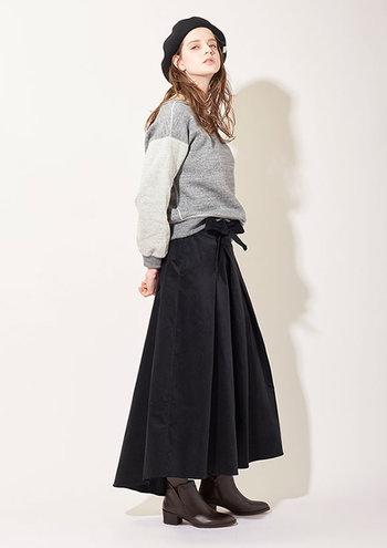 ロングのフレア―スカートもインナーにタイツやレギンスで体感温度を調整すれば、寒さを左右されずに、快適かつ女性らしいファッションを楽しめます。たっぷりと布を使った、流れるようなシルエットが美しいロングスカート。ウェストマークのリボンもワンポイントになっていて素敵です。