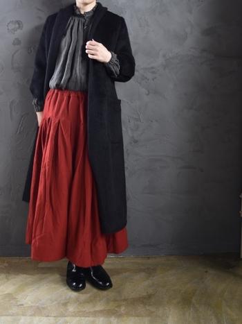 はっと目を引く鮮やかなレッドのロングスカート。素材が100%ウールなので、とても暖かそう。ダークカラーのタイツやレギンスと合わせて履きこなしてみてはいかがでしょう?