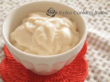ホワイトソースは、まずバターを弱火で溶かし、小麦粉を加えながら木べらで混ぜて炒めます。その後、牛乳を数回に分けて加え強火にし、泡立て器を使ってダマのないよう混ぜます。とろみがつくまで煮詰めたらOK。冷凍もできます。