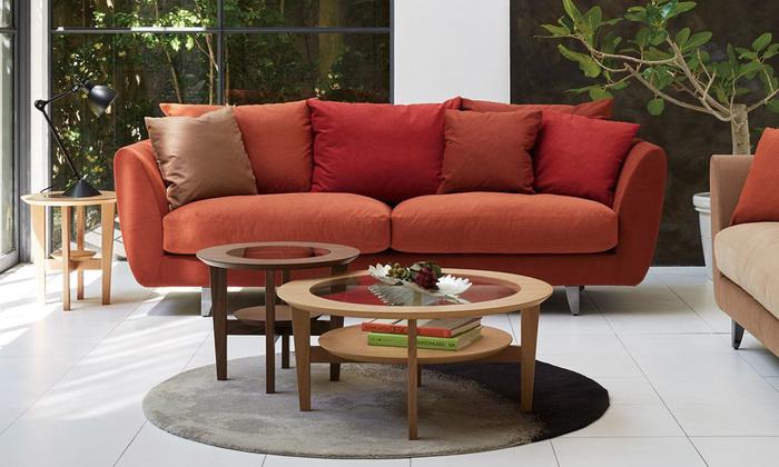 赤のソファが目を引くリビングルーム。白と赤の分量バランスが丁度いいですね!全体的に、温かみのあるインテリアとなっています。