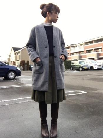落ち着いた配色の、品行方正なスカートスタイル。足元にはツヤのあるジョッキーブーツをセットして、脱・無難を目指します。