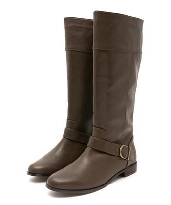 暖色系のアイテムと相性がよく、コーディネートに柔らかさが出るブラウン系のロングブーツ。見た目の軽さを重視したいならライトブラウンを、スタイリングに深みを出したいなら、ビターなダークブラウンがオススメです。