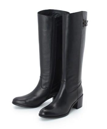 どんな洋服にも合わせやすい、ブラック系のロングブーツ。自然な光沢のあるものであれば、ボーイッシュになり過ぎず、フェミニンなスカートルックにもハマります。さらにこなれ感をアップさせたいなら、さり気ないベルトデザインをチョイス!