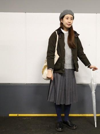 グレーのトップスにグレーのスカート。普通ならブラックのタイツを穿きそうになってしまいますが、上級者はあえて色物をセレクト!深みのあるネイビーなら、しっかり落ち着いた雰囲気もキープできますね。
