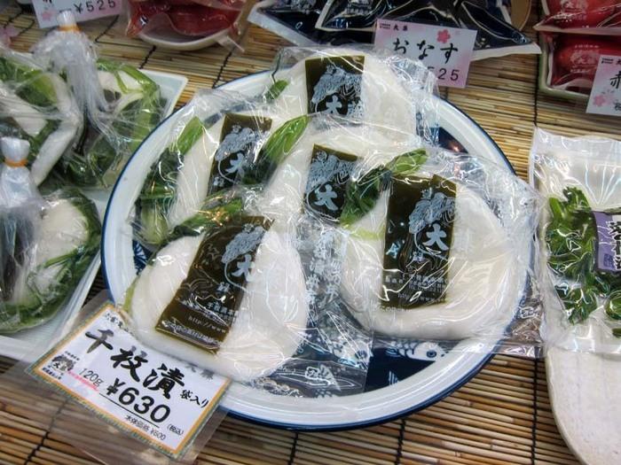 【「千枚漬け本家 大藤」は、創業慶応元年の千枚漬け発祥の老舗。錦市場内ではありませんが、徒歩すぐなので行ってみましょう。錦小路を下った麩屋町通り沿いに本店があります。】