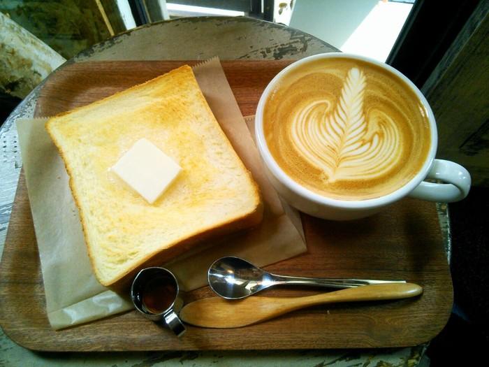 丁寧にトーストされたペリカンの食パン。バターとはちみつが良く合います。絶妙な焼き加減は、香ばしさとしっとりさを両方楽しめます。やさしい甘さのカフェラテも、パンにぴったり。