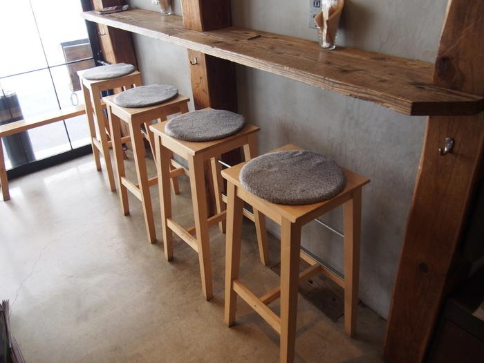 10席ほどの小さなお店は、居心地が良いほっこりとした空間。ウッディで可愛らしいお店は、女性ひとりでも入りやすいんですよ。
