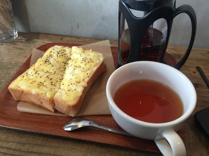 こちらもモーニングメニューのひとつ、チーズトースト。厚めにスライスした食パンと、とろとろの濃厚チーズと黒コショウがたまらない味わい。紅茶との相性も良く、こんなステキなモーニングをいただいたら朝から幸せ気分まちがいなし♪