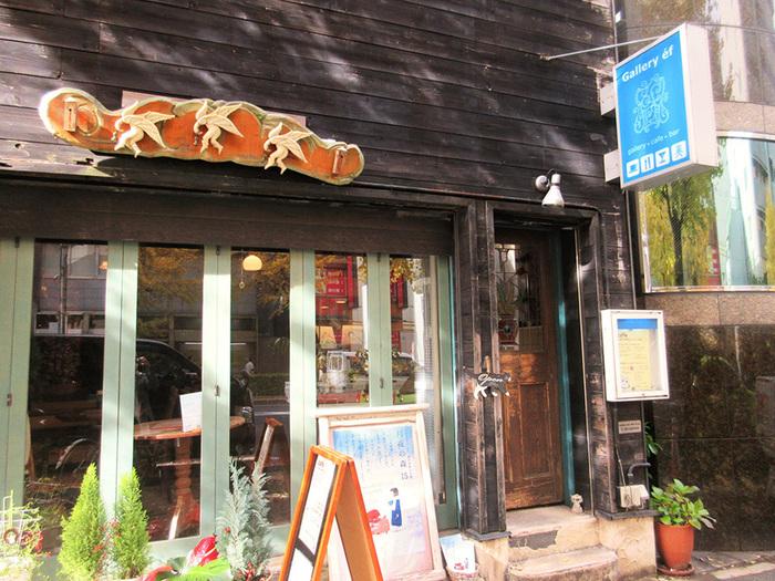 浅草駅の正面にまっすぐ延びる江戸通りを5分ほど歩くと、青い看板が目印の「ギャラリー・エフ」に到着です。アンティーク風の外観が、浅草の街にしっくりと馴染んでいます。