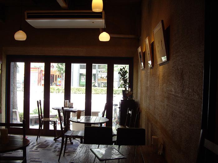 アートスペースも併設している店内は、アンティークで統一したインテリアがステキ。カフェの奥にあるアートスペースは、江戸時代に建てられた材木問屋の土蔵を、有志のアーティストたちが再生しています。