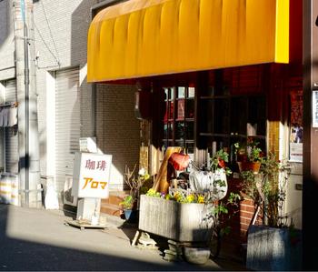 国際通りから1本入ったところにある「珈琲アロマ」は、朝から常連さんでにぎわう昔ながらの喫茶店。前の東京オリンピックが開催された、1964年に創業した浅草エリアでも古株の喫茶店です。