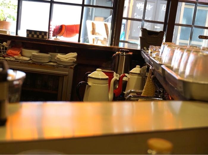 ぴかぴかに磨かれた清潔感のあるカウンター。ネルドリップで淹れるコーヒー用のポットもお店の雰囲気にマッチしています。