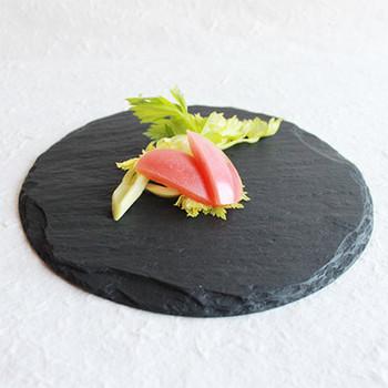 近ごろ、SNSなどで人気だったスレート皿は、実は古くから日本の料亭で使われてきました。価格帯も幅広いですが、お正月のおめでたい席には、こだわりがつまったアイテム「SUZURI」に盛り付けてみてはいかがでしょうか?
